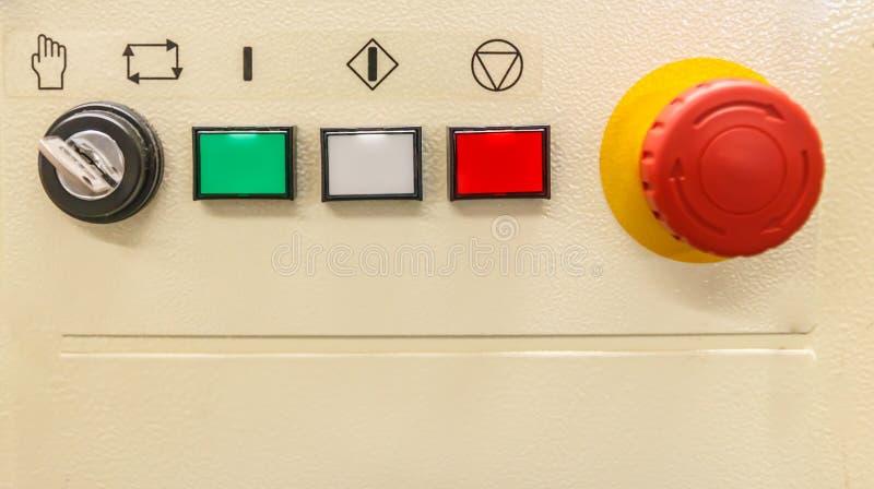 Предупредительный световой сигнал состояния для электрического шкафа управления стоковая фотография rf
