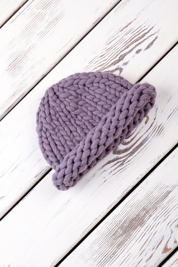 Предупредите шляпу связанную зимой стоковая фотография