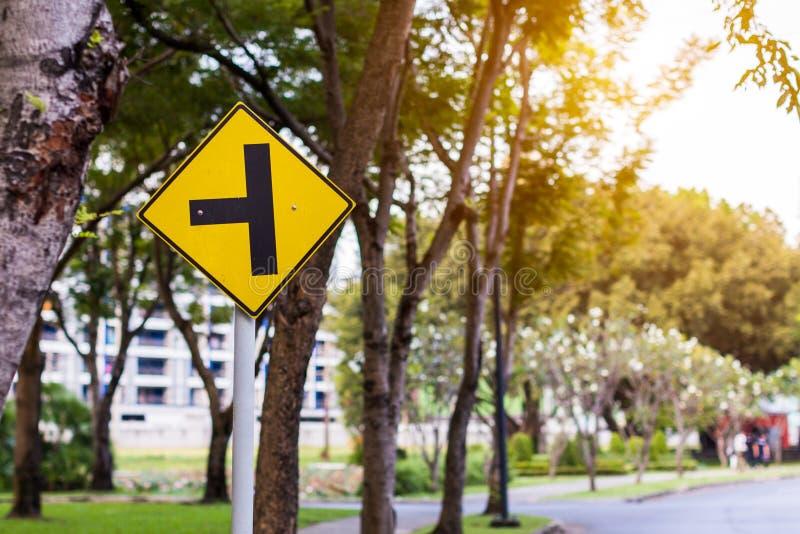 Предупреждающий желтый знак уличного движения для безопасности и перекрестков стоковые изображения rf