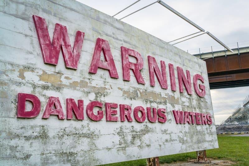 Предупреждающий знак опасных вод стоковая фотография rf