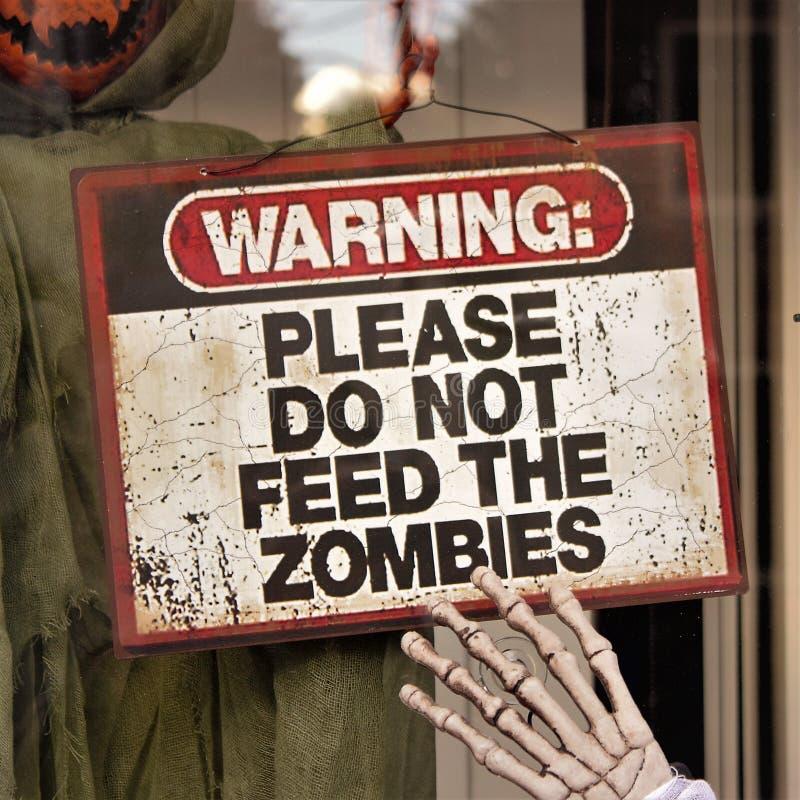 Предупреждая знак дисплея хеллоуина зомби стоковое фото rf