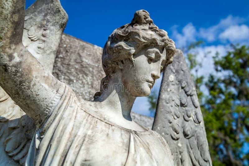 Предусматривать ангела на старом gravesite стоковые фотографии rf