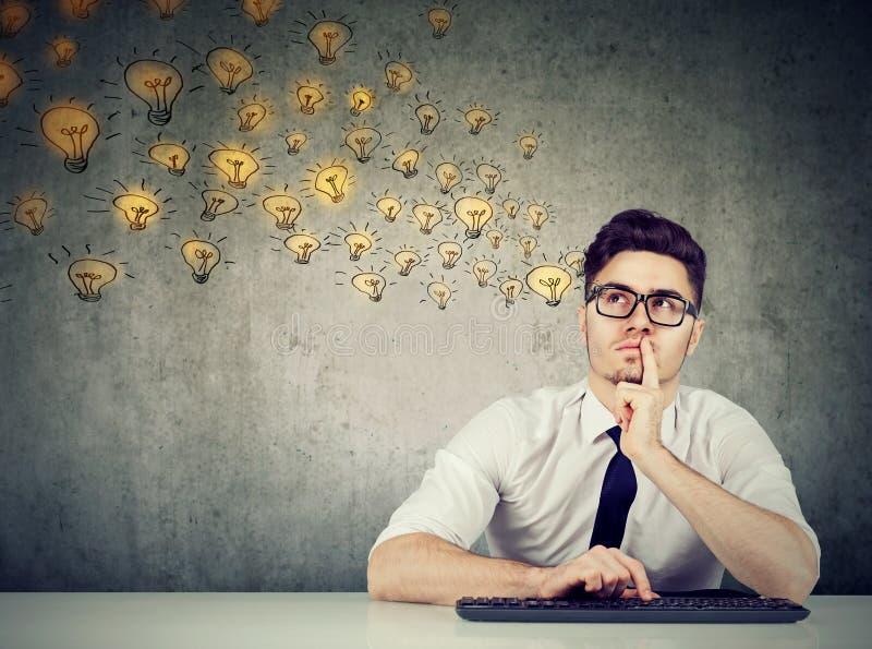 Предусматривающ молодой предпринимателя смотря вверх стоковое фото
