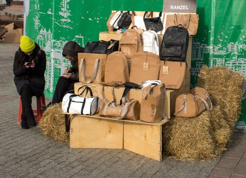 Предыдущее зимнее время, продавцы сумок стоковое фото rf