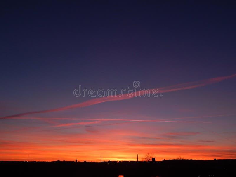 Предыдущее небо вечера весны на огне в Ольборге, Дании стоковые фотографии rf