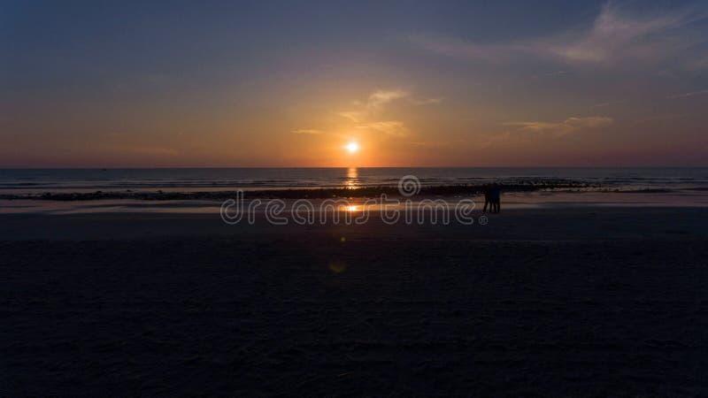 Предыдущий восход солнца на черном каменном пляже II стоковые фото