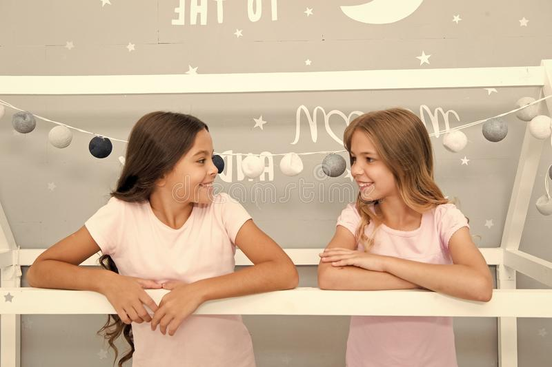 Преимущества имея сестру Сестры девушек тратят приятное время для того чтобы связывать в спальне Внушительные добавления иметь се стоковая фотография rf