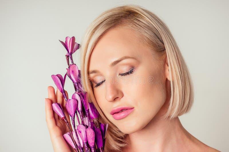 Прекрасная блондинка с фиолетовым фиолетовым цветком лаванды Закрытие привлекательного чувственного лица белой женщины с коротким стоковое изображение rf