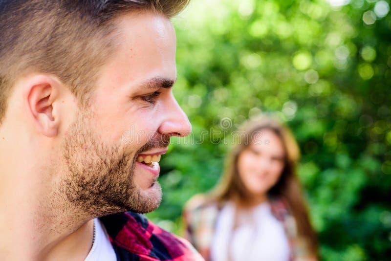 Прекрасная дата пары сперва встречают на открытом воздухе Отношения человек в выборочном фокусе с девушкой в парке r стоковые изображения rf