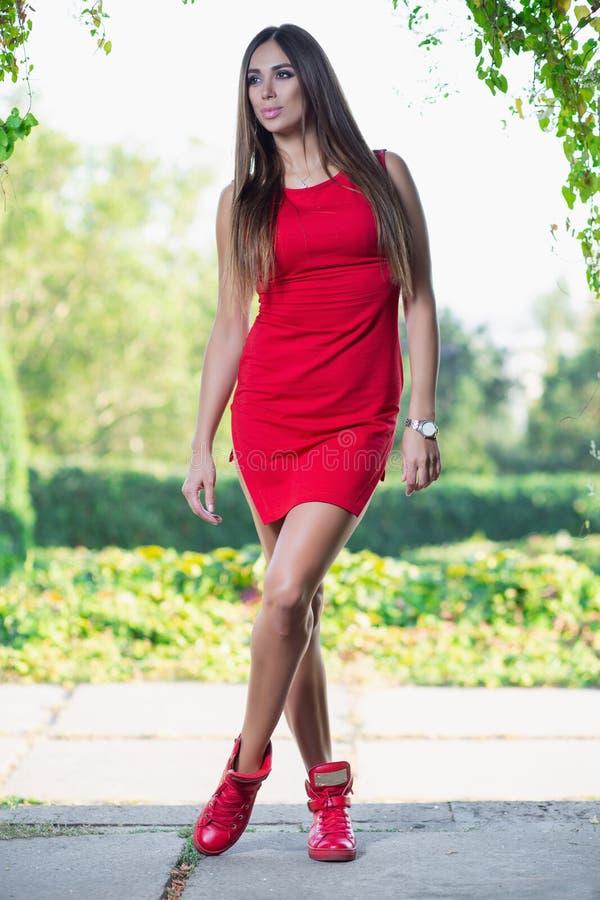 Прекрасная девушка представляя положение outdoors стоковая фотография rf