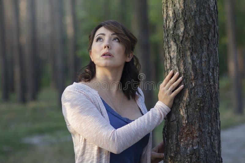 Прекрасная женщина у дерева в парке стоковые фотографии rf
