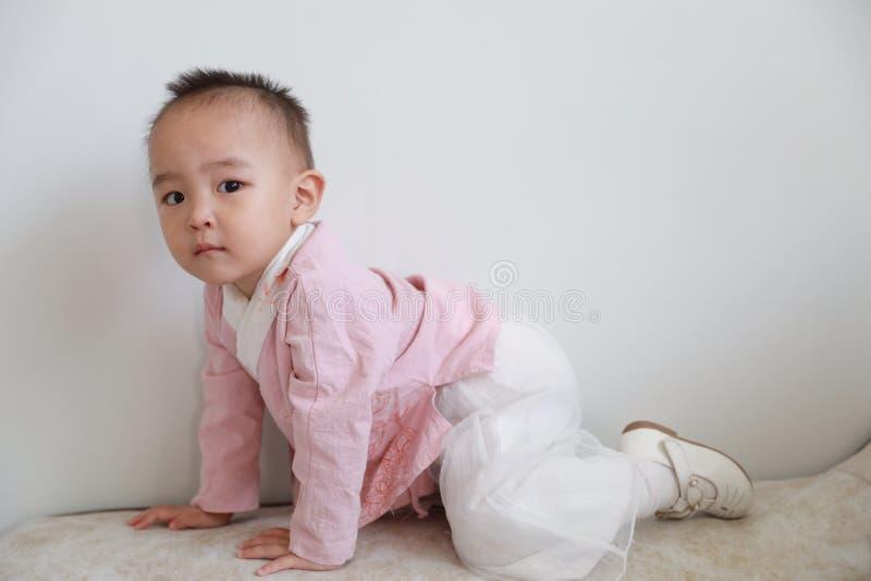 Прекрасная игра ребенка на софе стоковое фото