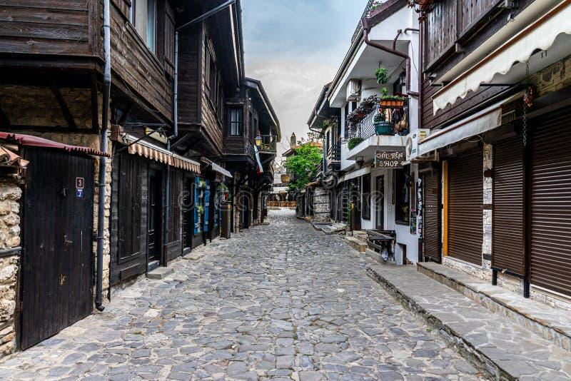 Прекрасная и узкая улица с ресторанами, кафе и магазинами древнего приРстоковые изображения rf