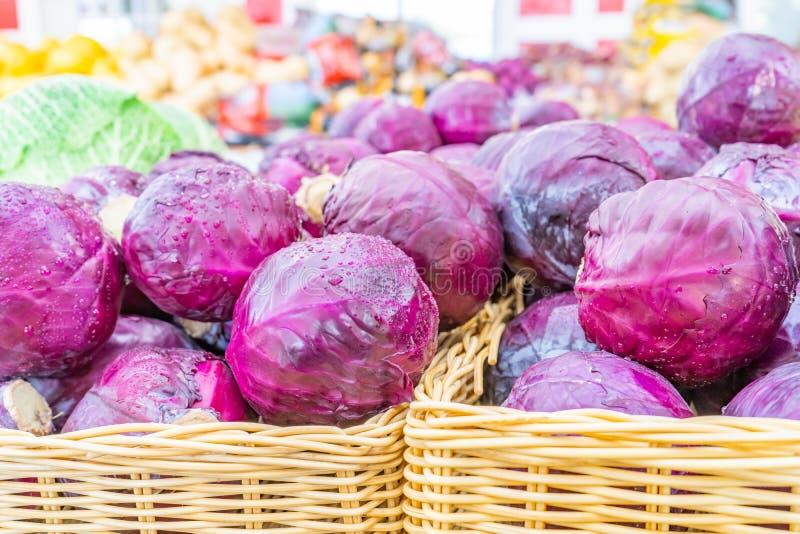 Прекрасная куча красной капусты пурпурной капусты, в корзинах, проданная на рынке фермерского хозяйства. стоковое изображение rf
