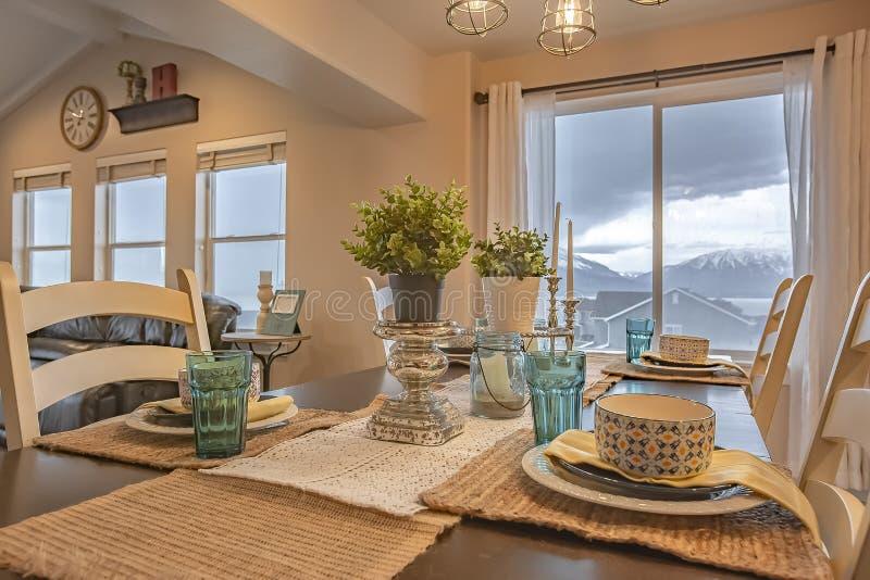 Прекрасная обедая установка с бегуном таблицы пеньки и placemats на деревянном столе стоковые изображения rf