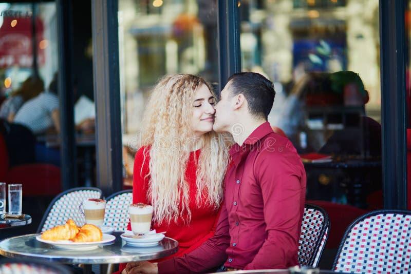 Прекрасная романтическая пара в парижском открытом кафе стоковые фотографии rf