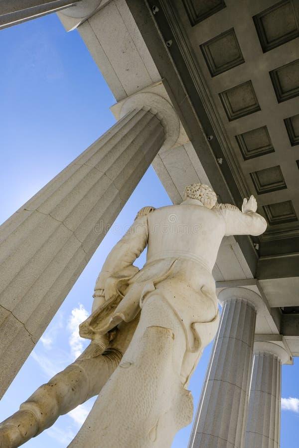 Прекрасная статуя увиденная вне здания Государственного департамента США в Соединенных Штатах стоковая фотография
