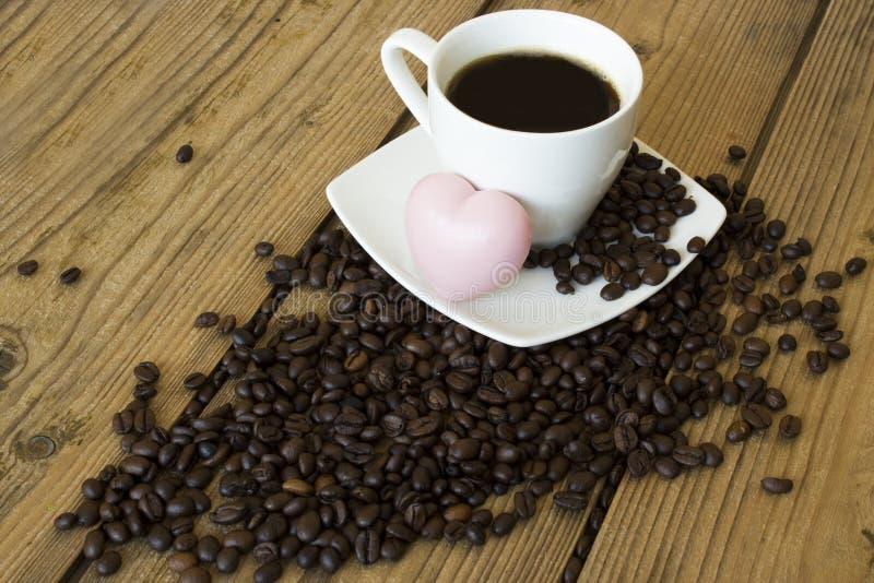 Чашка кофе и торт на деревянном столе стоковое фото rf