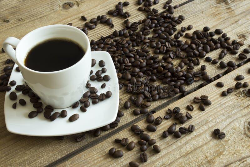 Чашка кофе и торт на деревянном столе стоковые изображения rf