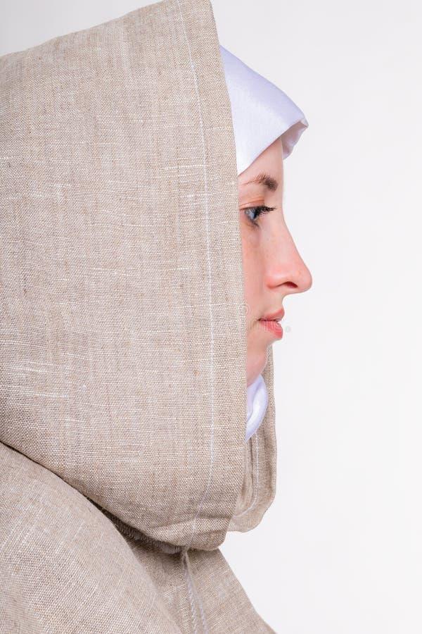 Прекрасная чистая девушка в белом шарфе и монашеских одеждах стоковые изображения