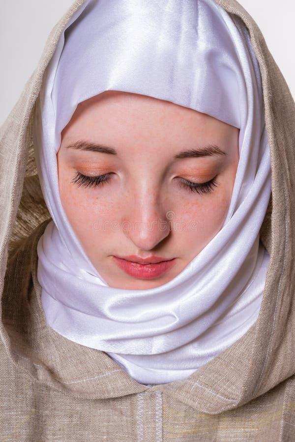 Прекрасная чистая девушка в монашеских одеждах и белом шарфе стоковые изображения