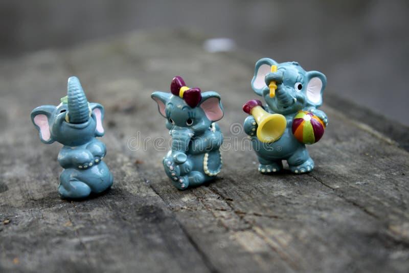 Прекрасные красивые старые игрушки слон и гиппопотам младенца стоковая фотография rf