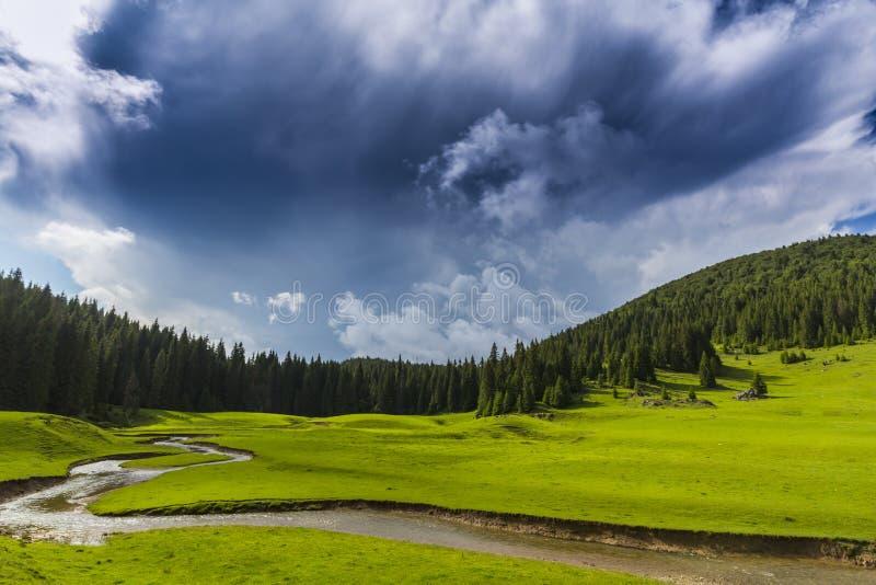 Прекрасные летние пейзажи в отдаленной сельской местности в горах Европы с грозовыми облаками стоковая фотография