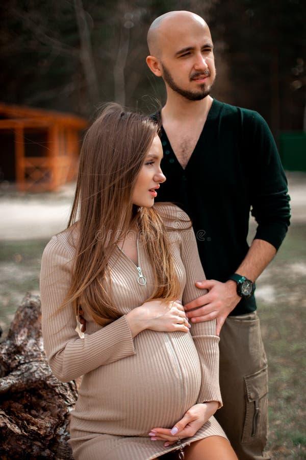 Прекрасные молодые будущие родители стоковые фото
