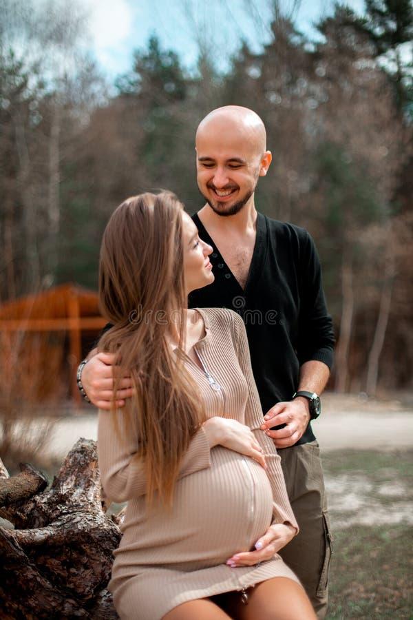 Прекрасные молодые будущие родители стоковые фотографии rf