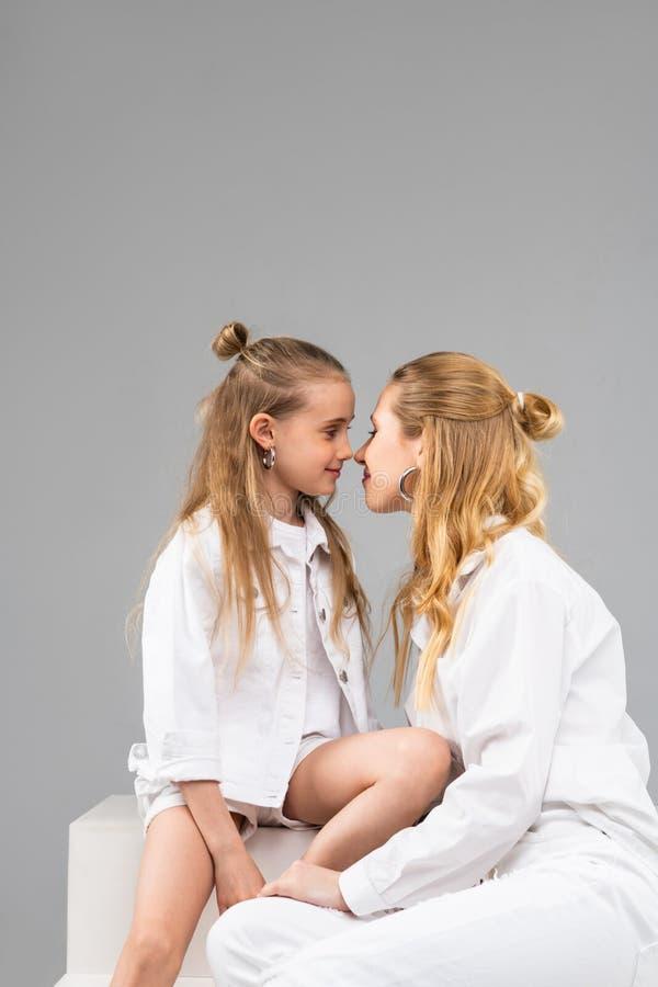 Прекрасные приятные сестры быть близко к одину другого стоковое фото rf