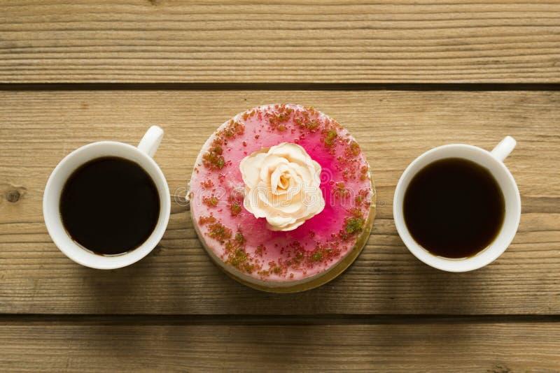 Чашка кофе и торт на деревянном столе стоковые изображения