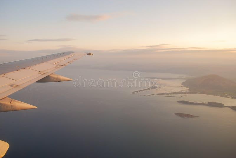 Прекрасный вид из окна самолета стоковые изображения