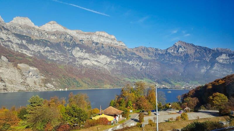 прекрасный вид к озеру в горах стоковая фотография rf