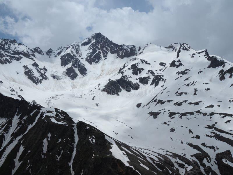 Прекрасный вид на горы в районе Эльбрус Панорама с видом на вершину горы, покрытой снегом стоковые фотографии rf