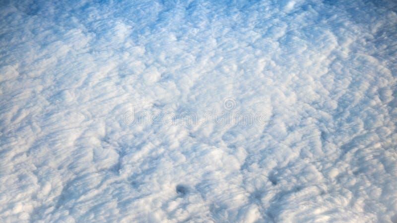 Прекрасный вид cloudscape с ясным голубым небом сверху стоковые фотографии rf