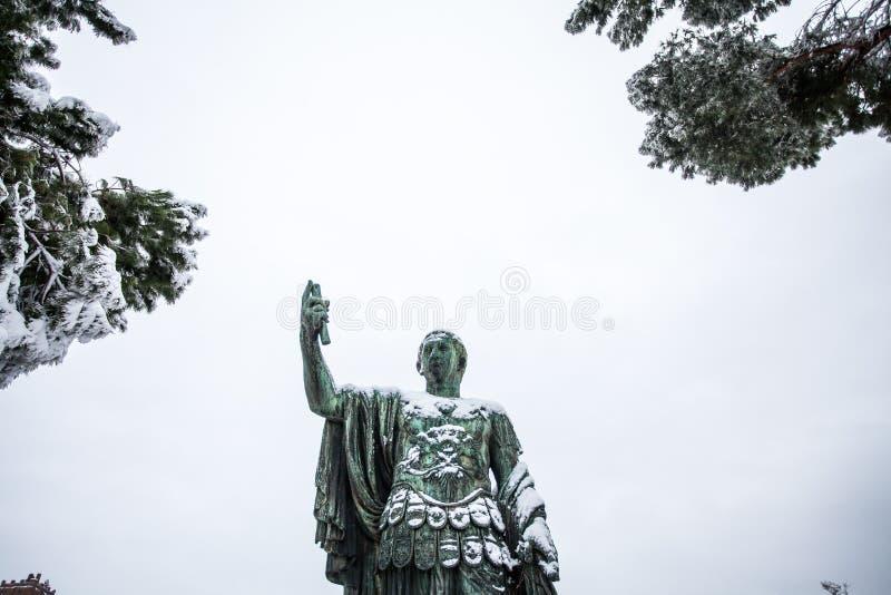 Прекрасный день снега в Риме, Италия, 26-ое февраля 2018: взгляд статуи Нервы около Colosseum под снегом стоковое изображение