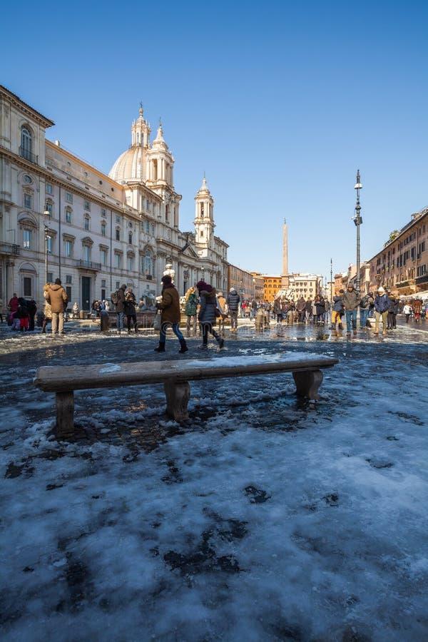 Прекрасный день снега в Риме, Италия, 26-ое февраля 2018: красивый вид квадрата Navona под снегом стоковая фотография
