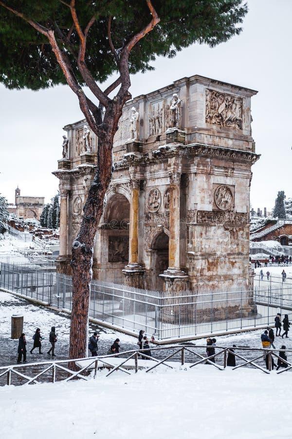 Прекрасный день снега в Риме, Италия, 26-ое февраля 2018: красивый вид свода Costantino около Colosseum под стоковая фотография rf