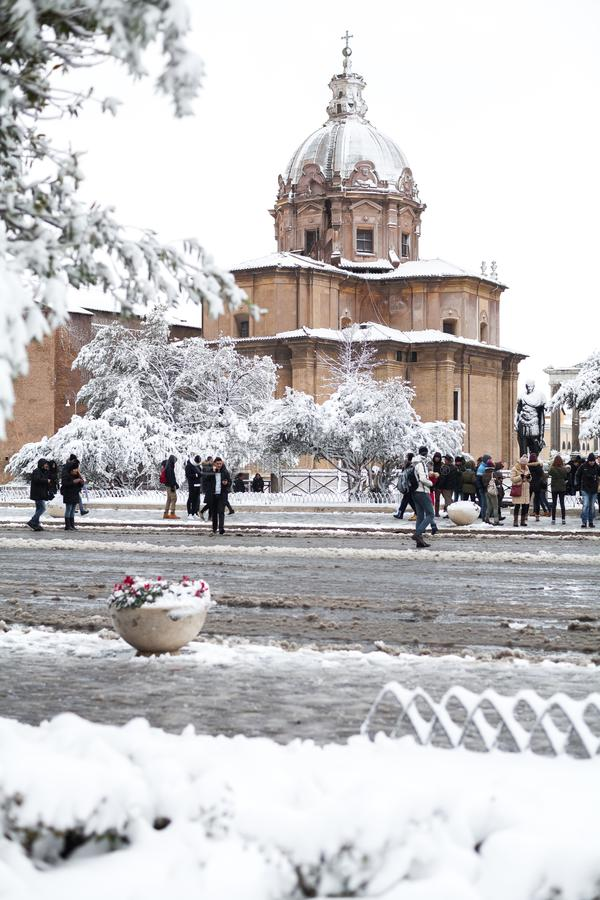 Прекрасный день снега в Риме, Италия, 26-ое февраля 2018: красивый вид снежных римских форумов и церков Святых Luca и стоковая фотография rf