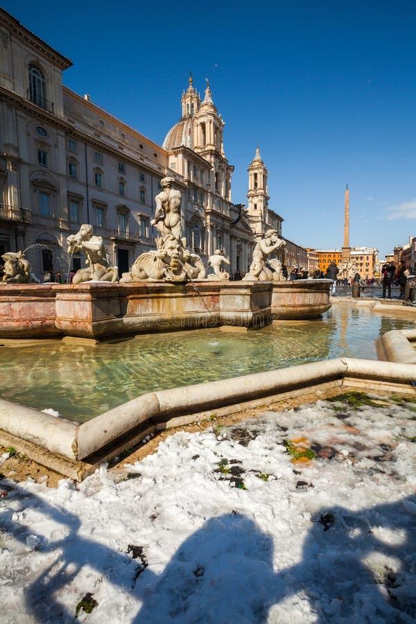 Прекрасный день снега в Риме, Италия, 26-ое февраля 2018: красивый вид фонтан Quattro Fiumi dei квадрата и Фонтаны Navona стоковое изображение
