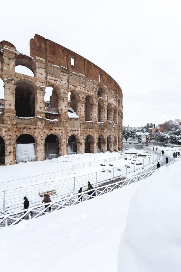 Прекрасный день снега в Риме, Италия, 26-ое февраля 2018: красивый вид Colosseum под снегом стоковые изображения