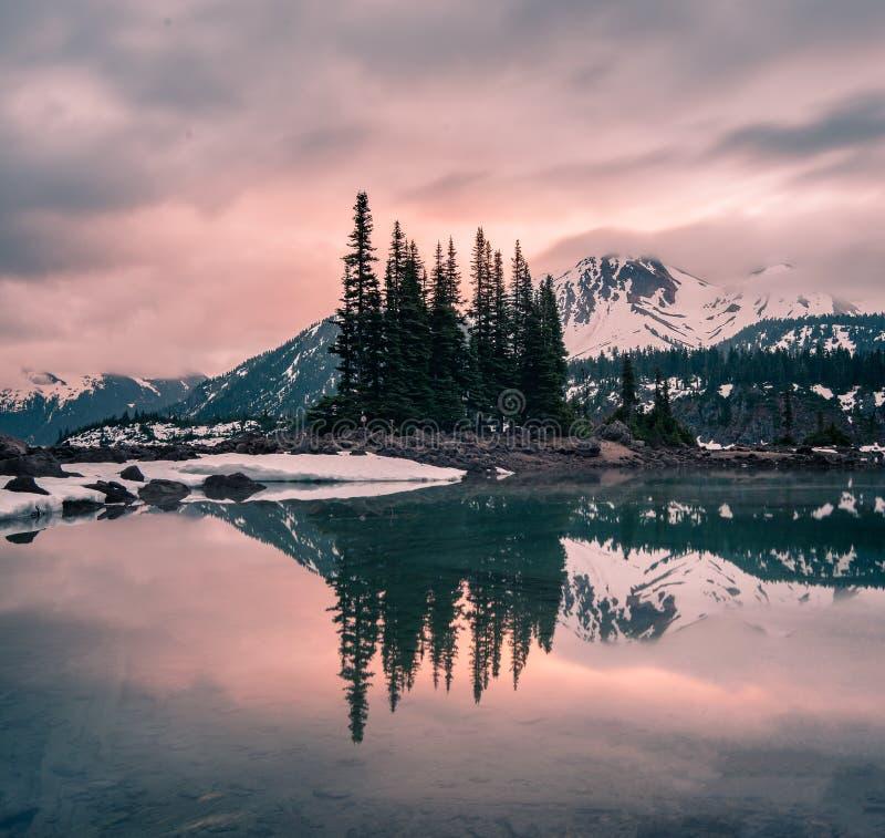 Прекрасный закат на озере Гарибальди, провинциальный парк Гарибальди, Канада стоковые изображения rf