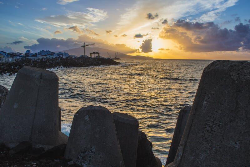 Прекрасный золотой рассвет в порту Понта-Делгада, остров Сан-Мигель, Азорес, Португалия стоковое фото