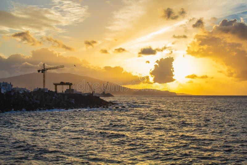 Прекрасный золотой рассвет в порту Понта-Делгада, остров Сан-Мигель, Азорес, Португалия стоковое изображение
