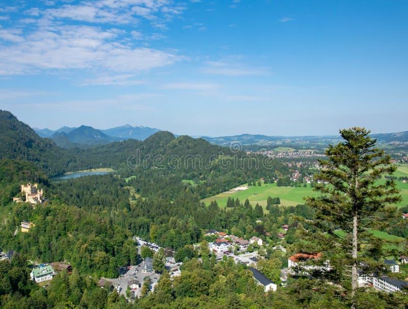 Прекрасный летний день в баварских Альпах с видом на озеро Альпзее и замок Неушванштайн Германия от пеших троп стоковая фотография rf