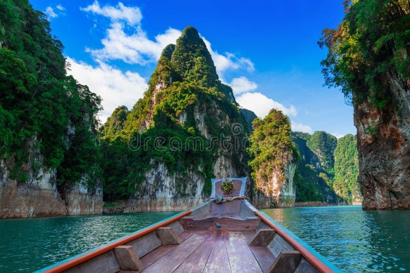 Прекрасный природный фон, плотина Ратчапрапа и озеро Чеоу Лан, ХаоСок, провинция Сураттани, Таиланд стоковое изображение