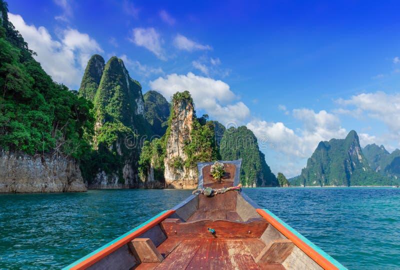 Прекрасный природный фон, плотина Ратчапрапа и озеро Чеоу Лан, ХаоСок, провинция Сураттани, Таиланд стоковые изображения
