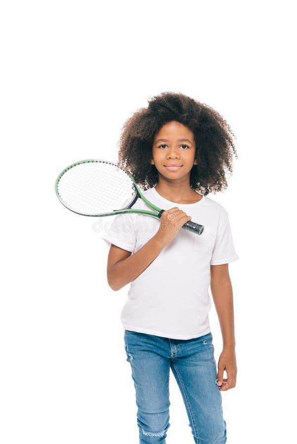 прелестная Афро-американская девушка держа ракетку тенниса и усмехаясь на камере стоковые изображения rf