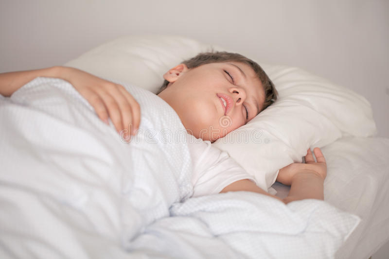 прелестная белизна спать пижам мальчика стоковая фотография
