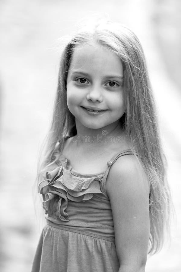 Прелестная маленькая девочка внешняя в лете стоковое фото